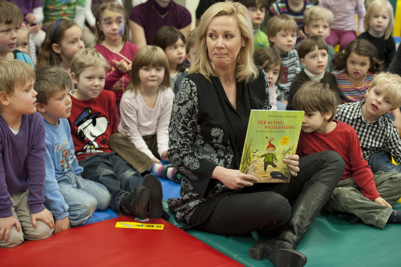 Bettina Wulff liest Kindern vor